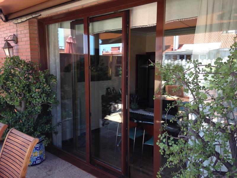 Carpinter a de aluminio mayalux barcelona ventanas de for Puerta osciloparalela